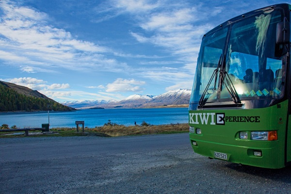 kiwi-experience-bus-in-front-lake-tekapo